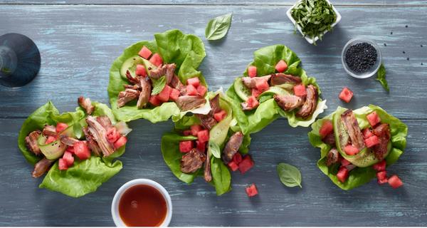 Roulés de laitue au porc barbecue coréen à la mijoteuse avec salade de melon d'eau et concombre